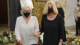 Když se Marta Kubišová (vlevo) naposledy objevila ve společnosti, postihla ji slabost.
