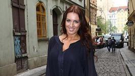 Lucie Králová má ve vlasech rudé odlesky.