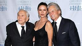 Klan Douglasů: Kirk a jeho syn Michael s manželkou Catherine Zeta Jones.