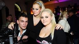 Ornella Štiková se sestrou Charlotte a jejím přítelem.