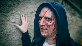 Známý moderátor se proměnil v takové jemné zombie.