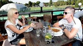 Kateřina s údajným přítelem Kazmou jí raději v restauraci.