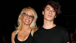 Dylan maminku doprovodil na přehlídku Alexandera Wanga.
