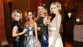 Nikol Moravcová jako paví žena a její kolegyně z módní branže.