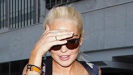Lindsay se skrývá před fotografy.