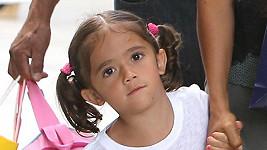 Téměř čtyřletá Valentina má velké tmavé oči po mamince.