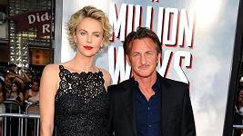 Charlize Theron se Seanem Pennem na premiéře v Los Angeles.