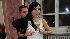 Jandová kontrolovala, jak jí šaty sedí na prsou.