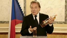 Karel Gott v reklamě na ledový čaj.