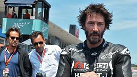 Keanu Reeves propaguje svou společnost Arch Motorcycles.