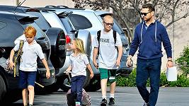 Jason Priestley se postaral i o spolužáky jeho dcery a odvezl je k rodičům.