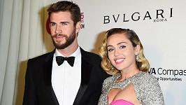 Miley Cyrus s Liamem se pochlubili fotkami ze svatby.