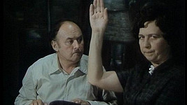 Věra Tichánková coby Černá kronika ve filmu Ať žijí duchové.