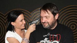 Gábina Pepovi tiskla ke spánku pistoli