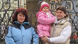 Štěpánka s náhradním manželem Petrem a jeho dcerou Anetkou.