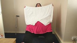 Brenda předvádí rozměry svého spodního prádla.