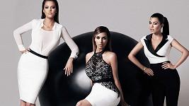 Kardashianky v oblečení vlastní kolekce pro značku Lipsy.