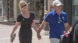 Antonio Banderas musí chodit po nákupech s manželkou Melanií. Sám totiž nemá vkus na módu.