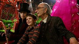 David Kelly, Freddie Highmore a Johnny Depp (zleva) ve filmu Karlík a továrna na čokoládu.