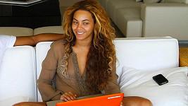Beyoncé před časem poslala na internet tuto fotku, na níž se i bez líčidel velmi atraktivní.