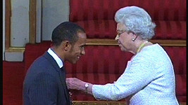 Královna Alžběta II. dala Lewisi Hamiltonovi malou lekci etikety...