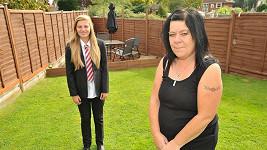 Annalise Wilks s maminkou Denise byli postojem školy znechuceny.