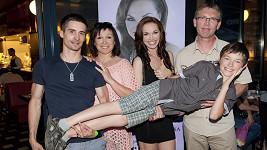 Kamila Nývltová svou rodinu miluje. Na fotce vidíte jejího přítele, rodiče a bratra Leoše.