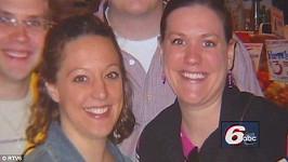 Amber (vlevo) se rozhodla pomoci kamarádkce Misty a odnosit jí dítě. Nakonec obě čekají dvojčata.
