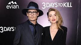Johnny Depp s Amber Heard, jejíž nahé tělo je veřejným tajemstvím