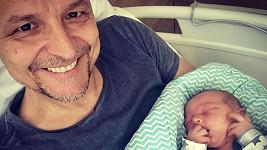 Petr Rajchert se pochlubil novorozeným synem.