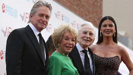 Michael Douglas s manželkou a jeho maminkou Dianou Dill a otcem Kirkem Douglasem na snímku z roku 2009.