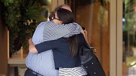 Katie Holmes v objetí s neznámým mužem.