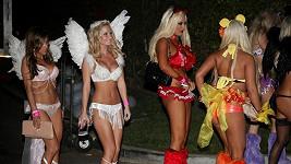A vyráží se na Playboy Halloween párty v Los Angeles.