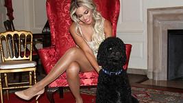 Zpěvačka se psovi Obamových líbila.