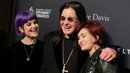 Ozzyho Osbourna doprovodila dcera Kelly a manželka Sharon.