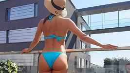 Veronika vystavila své tělo slunci.