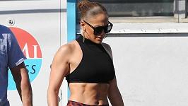 Jennifer Lopez ukázala svalnaté tělo.
