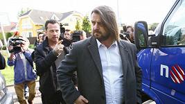 Před vilou Bartošové došlo k incidentu, mezi fanoušky, zasahovala policie.