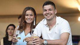 Tomáš Hertl je po boku Anety šťastný.