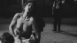 Luba Skořepová ve své nejodvážnější filmové scéně.