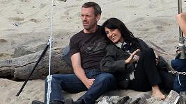 Lisa Edelstein a Hugh Laurie při natáčení seriálu Doktor House.