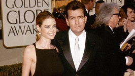 Charlie Sheen a Denise Richards v roce 2002