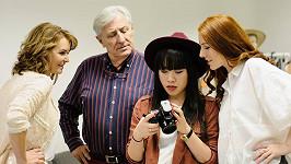 Hana a Karel Heřmánkovi, fotografka Angelina Nga Le a Nikol Kouklová při práci na kalendáři