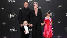 Pink vyvedla manžela i s dětmi.