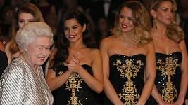 Britská královna a za ní skupina Girls Aloud včetně brunetky Cheryl Cole.