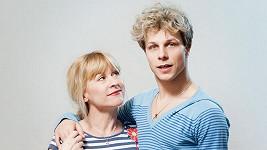 Dana by mohla být Honzovou mámou, vypadá však spíše jako jeho starší sestra.