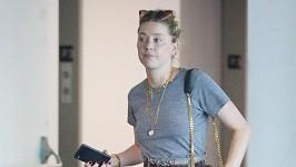 Amber Heard se líčením neobtěžuje.