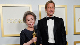 Youn Yuh-jung a Brad Pitt na udílení Oscarů