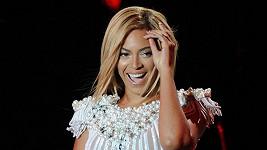 Zpěvačce nové vlasy náramně sluší, ale při koncertech byla její hříva charakteristická.
