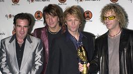 Jon Bon Jovi (druhý zprava) se rozloučil s letitým kolegou Richiem Samborou (druhý zleva).